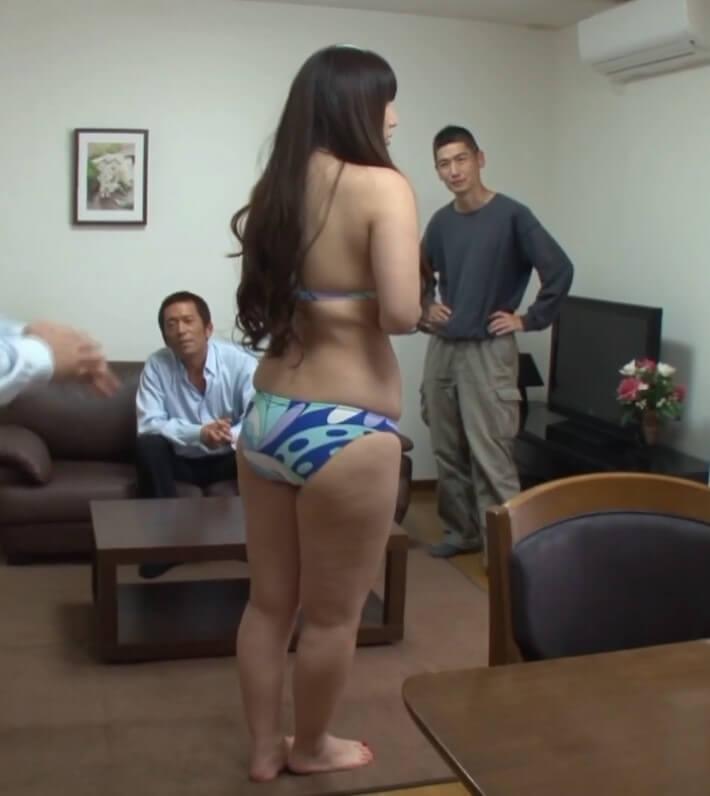 普通サイズの水着では無理があるボディ… 町内会でストリップを踊らされた妻 佐山愛